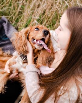 Jonge vrouw speelt met haar puppy