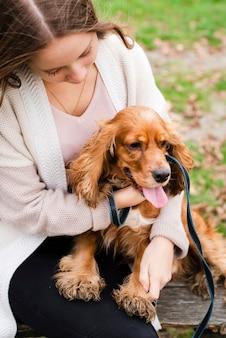 Jonge vrouw speelt met puppy