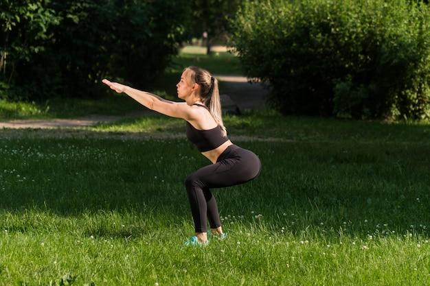 Jonge vrouw sporten in het park