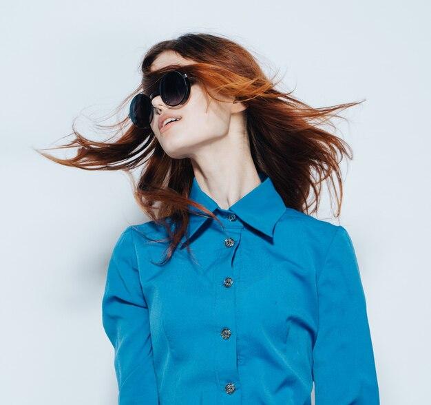 Jonge vrouw stijlvolle portret met zonnebril en haren wapperen
