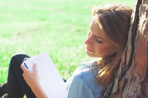 Jonge vrouw studie in het park