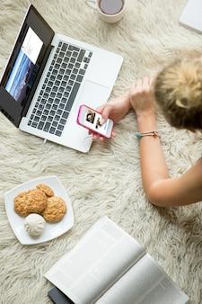 Jonge vrouw surfen op sociale media