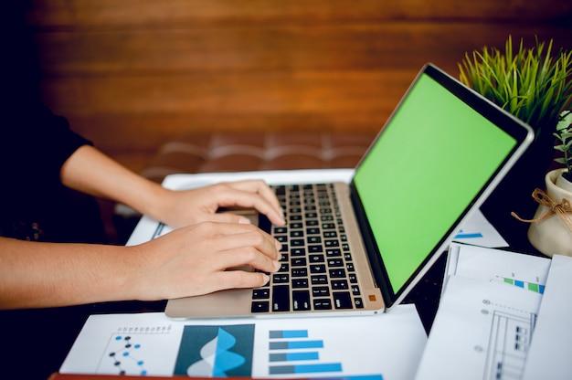 Jonge vrouw te typen op de computer in een café. bedrijfsconcept bedrijfs- en millimeterpapier