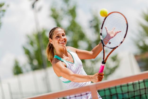Jonge vrouw tennissen