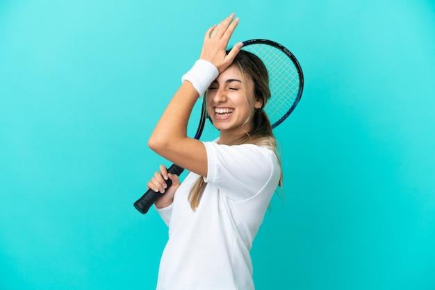 Jonge vrouw tennisser geïsoleerd op blauwe achtergrond heeft iets gerealiseerd en de oplossing voornemens