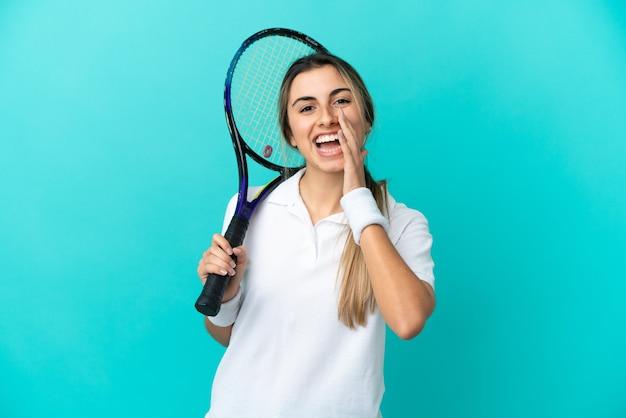 Jonge vrouw tennisser geïsoleerd schreeuwen met wijd open mond