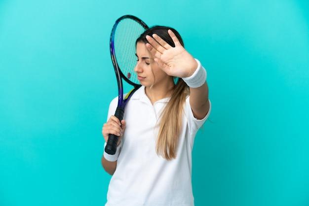 Jonge vrouw tennisser geïsoleerd stop gebaar maken en teleurgesteld?