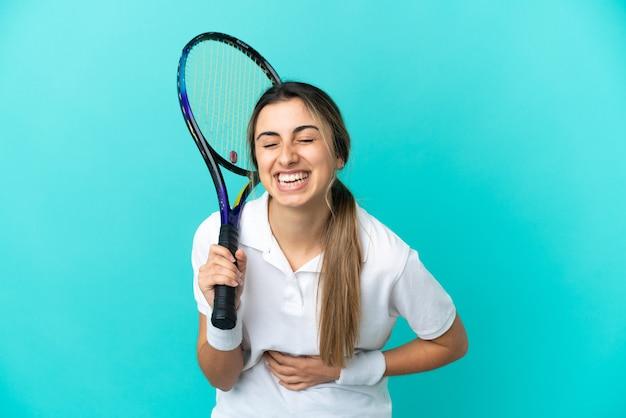 Jonge vrouw tennisser geïsoleerd veel glimlachen