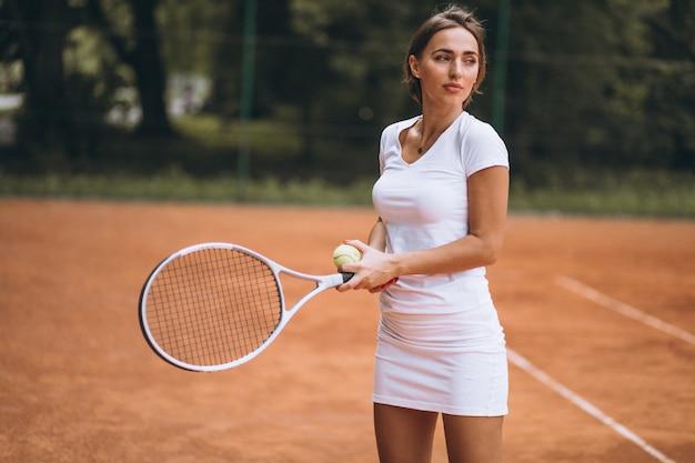 Jonge vrouw tennisspeler aan het hof