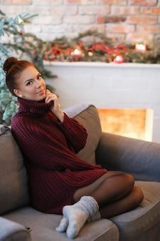 Jonge vrouw thuis met kerstversiering