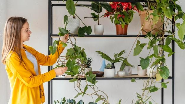 Jonge vrouw thuis tuinieren