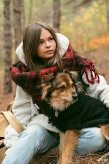 Jonge vrouw tijd samen met haar hond buitenshuis doorbrengen