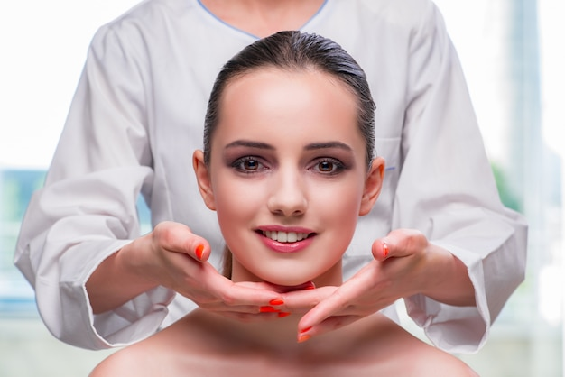 Jonge vrouw tijdens gezicht en huidmassagesessie