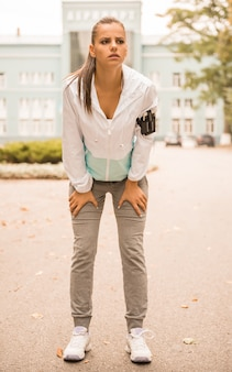 Jonge vrouw tijdens haar ochtendoefeningen.