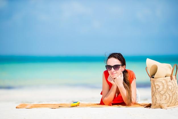Jonge vrouw tijdens tropische strandvakantie. gelukkig meisje dat van haar vakantie geniet