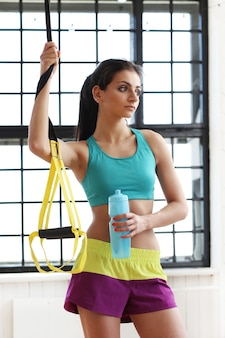Jonge vrouw training in de sportschool