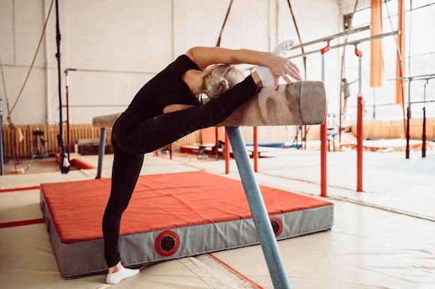 Jonge vrouw training op evenwichtsbalk