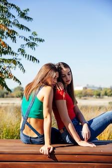 Jonge vrouw troost een trieste vriendin