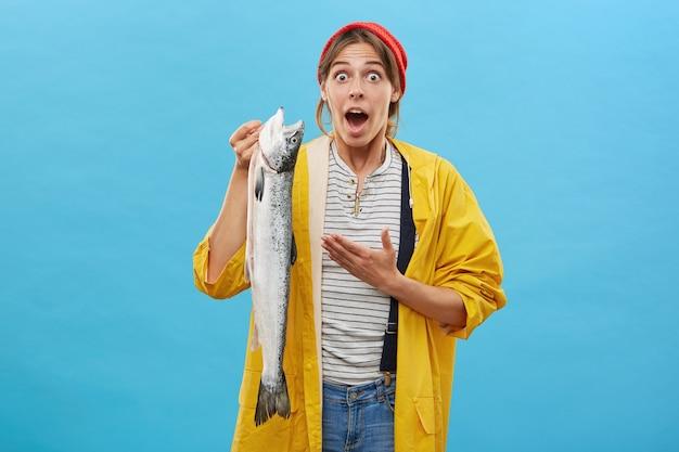 Jonge vrouw trots op haar vangst
