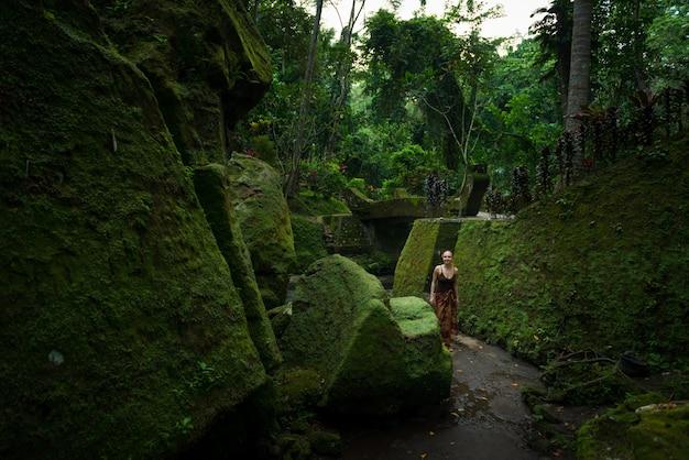 Jonge vrouw tussen tempelruïnes