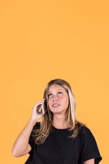 Jonge vrouw uitschakelen praten op mobiele telefoon