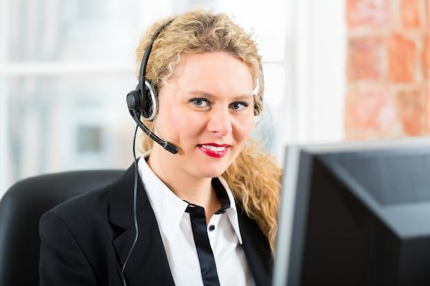 Jonge vrouw van de klantenservice