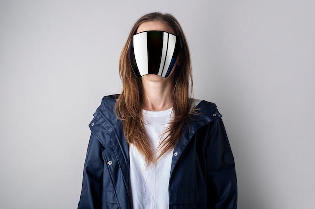 Jonge vrouw van de toekomst in virtual reality bril gezicht is niet zichtbaar op een lichte achtergrond.