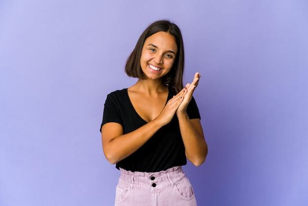 Jonge vrouw van gemengd ras die zich energiek en comfortabel voelt, zelfverzekerd handen wrijft. Premium Foto
