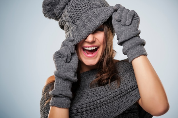 Jonge vrouw veel plezier met winterkleding