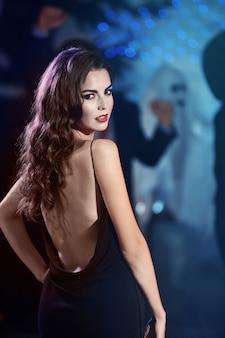 Jonge vrouw verkleed als vampier op halloween-feest