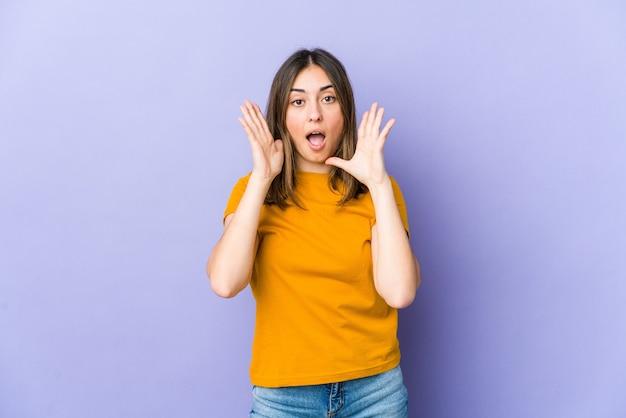 Jonge vrouw verrast en geschokt