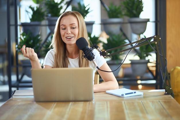 Jonge vrouw vertelt informatie in live-uitzending