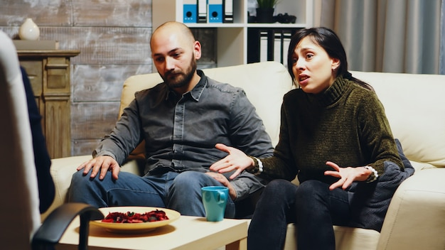 Jonge vrouw vertelt psychoanalyticus over haar relatieproblemen met haar man.