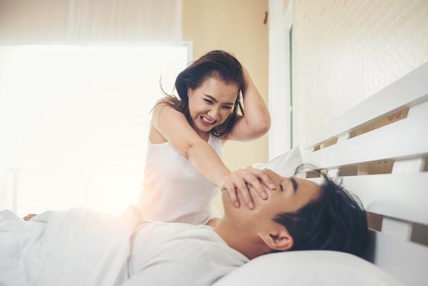 Jonge vrouw verveeld met haar vriendje snurken