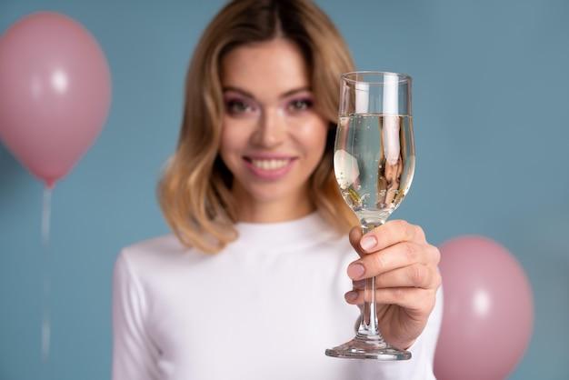 Jonge vrouw vieren op een verjaardagsfeestje
