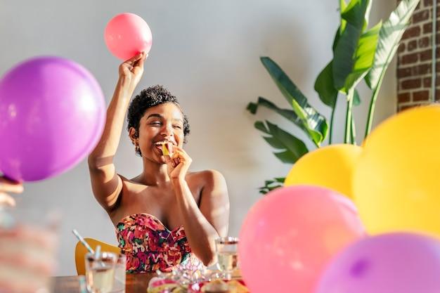Jonge vrouw viert feest op een feestje
