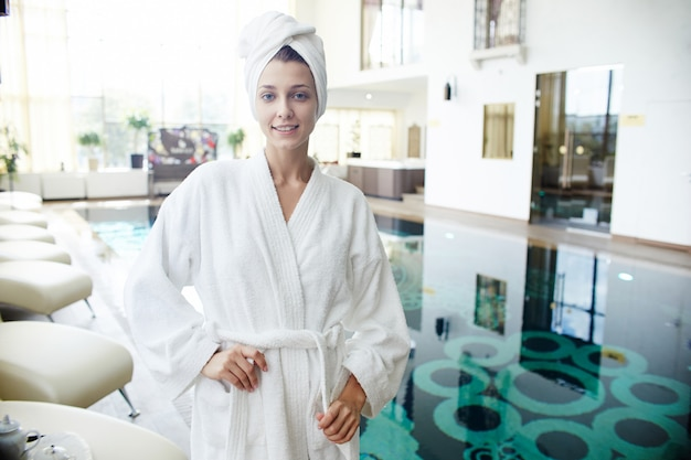 Jonge vrouw visiting spa