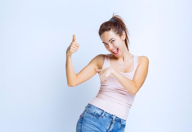 Jonge vrouw voelt zich gelukkig en toont positieve handgebaren