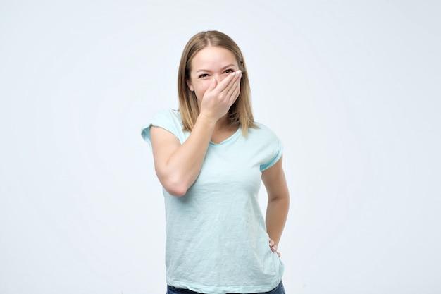 Jonge vrouw voelt zich verlegen en ontvangt complimenten van haar vrienden
