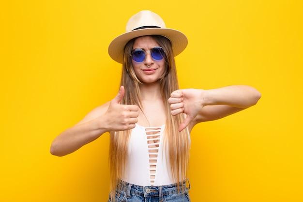 Jonge vrouw voelt zich verward, geen idee en onzeker, waarbij ze het goede en slechte afwegen in verschillende opties of keuzes