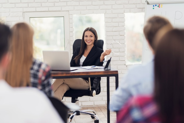Jonge vrouw voert een seminar over nlp onder bezoekers.