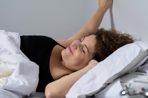 Jonge vrouw wakker