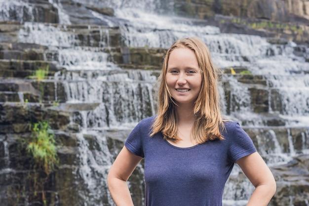 Jonge vrouw wandelaar, toerist op de van amazing pongour waterfall is beroemd en mooiste van de herfst