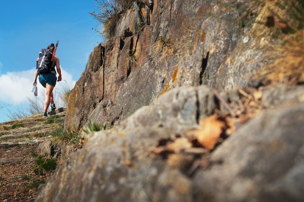 Jonge vrouw wandelen in de bergen in piemonte, italië