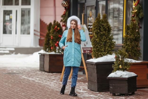 Jonge vrouw wandelen in de winter park winter park in de sneeuw