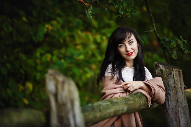 Jonge vrouw wandelen in het park, bos