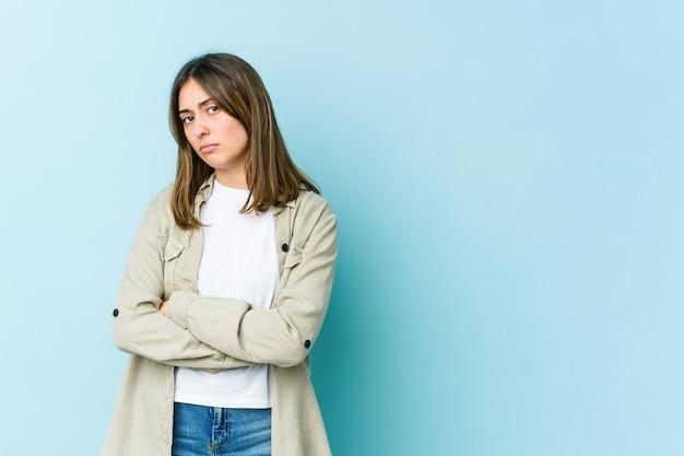 Jonge vrouw wantrouwend, onzeker, die u onderzoekt