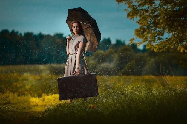 Jonge vrouw weglopen met een koffer onder regen