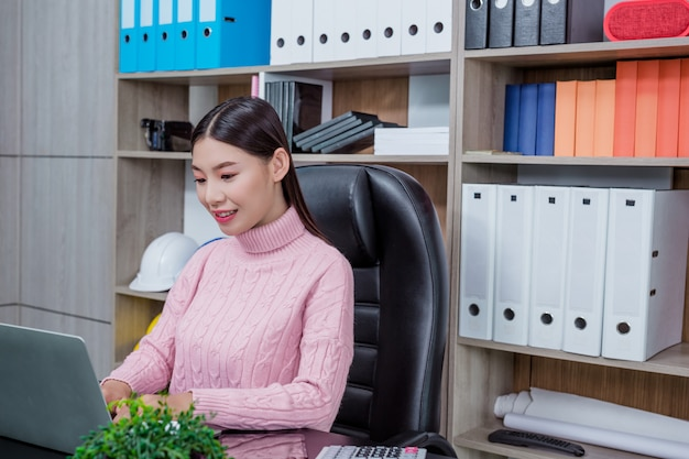 Jonge vrouw werkend kantoor.