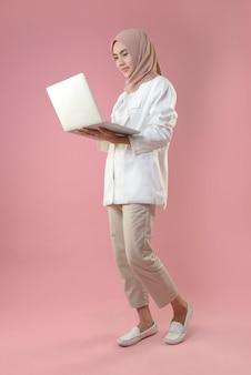 Jonge vrouw werkt op een laptop